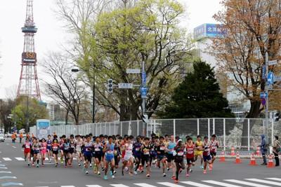 北海道・札幌マラソンフェスティバル2021で、東京オリンピックのマラソンコースのスタート地点から走り出す選手たち=札幌市中央区で2021年5月5日午前9時50分、貝塚太一撮影
