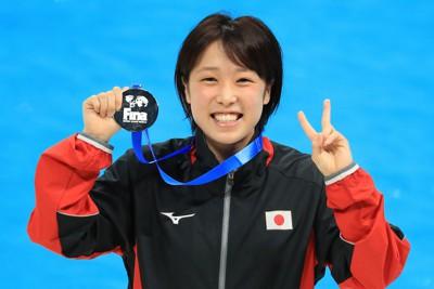 女子高飛び込みで銀メダルを獲得し、メダルを手に笑顔を見せる荒井祭里=東京アクアティクスセンターで2021年5月5日、梅村直承撮影