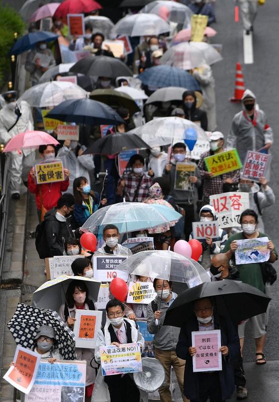 デモ行進して入管法改正案に抗議する人たち=大阪市北区で2021年5月5日午後1時44分、久保玲撮影