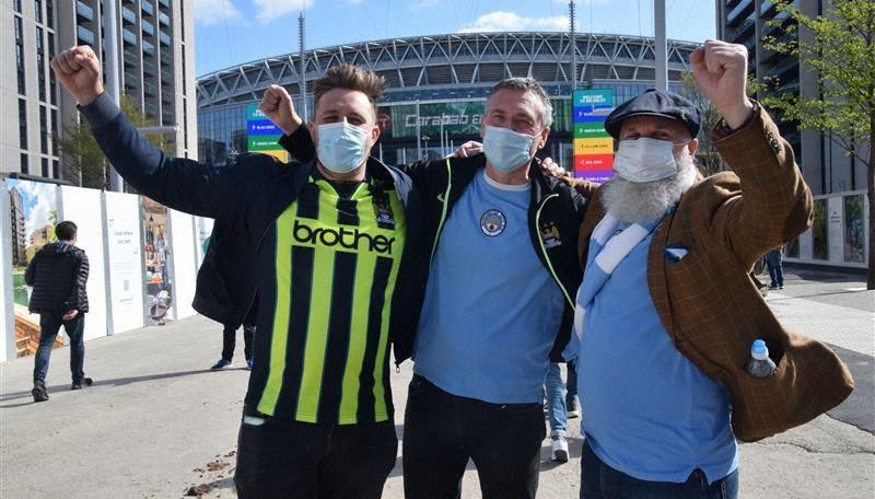 スタジアムで応援が再開できたことを喜ぶ英国のサッカーファン=ロンドンで4月25日、横山三加子撮影