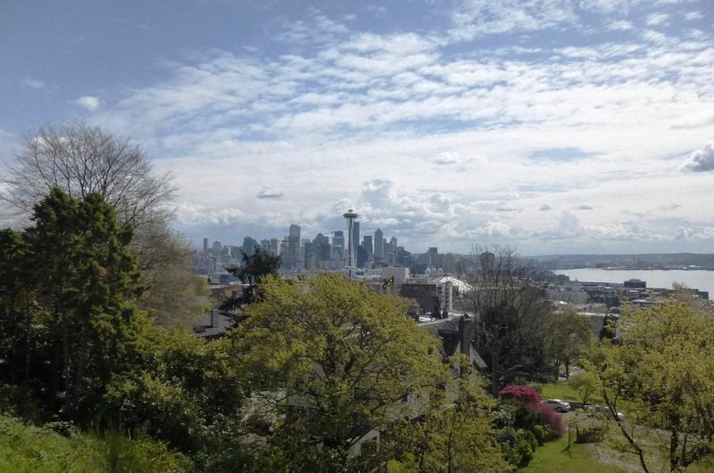 北から見たシアトル都心。正面にスペースニードル。右はピュージェット湾(写真は筆者撮影)