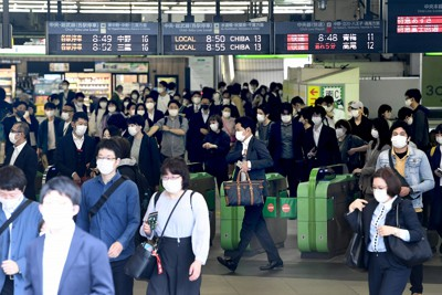 大型連休が明け、マスク姿で出勤する人たち=東京・新宿駅前で2021年5月6日午前8時48分、竹内紀臣撮影