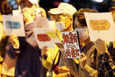 文化芸術分野への公的支援を訴え、首相官邸前でサイレントスタンディングを行う演劇人や美術関係者たち=東京都千代田区で2021年5月6日午後7時11分、幾島健太郎撮影