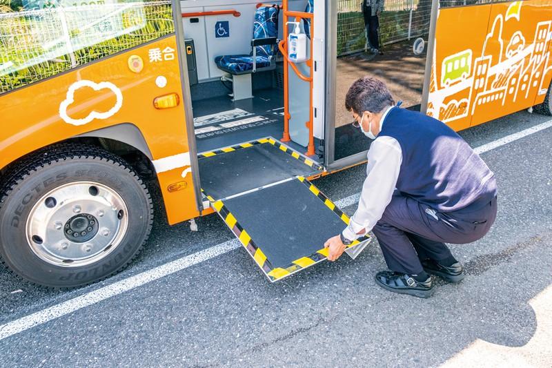 車いす用のスロープはステップに内蔵されている(BYDのEVバス「J6」) 撮影=佐々木龍