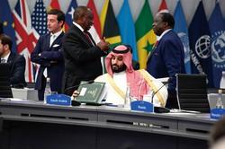「脱炭素」は原油需要を減らしかねないが……(サウジアラビアのムハンマド皇太子〈中央〉) (Bloomberg)