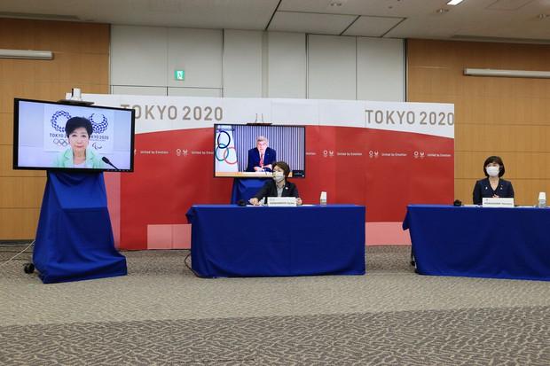 東京オリンピック・パラリンピックに向けた5者協議に臨む大会組織委員会の橋本聖子会長(左)、丸川珠代五輪担当相(右)と、リモートで参加する(モニター左から)東京都の小池百合子知事、国際オリンピック委員会(IOC)のトーマス・バッハ会長=東京都中央区で2021年4月28日午後6時38分(代表撮影)