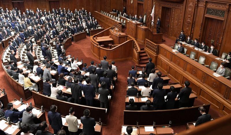 少年法改正案が賛成多数で可決された衆院本会議。右から2人目は上川陽子法相=国会内で2021年4月20日、竹内幹撮影