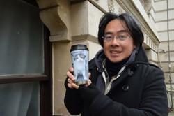 ラリー好きが高じてラリーの写真入りマイボトルをつくったフリーカメラマンのジャスティン・エヌジーさん=ロンドンで2021年3月4日午前11時15分、横山三加子撮影
