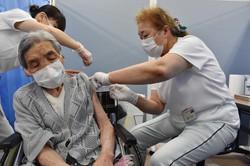 新型コロナウイルスワクチンの接種を受ける女性(左)=長野県高山村の村保健福祉総合センターで2021年5月10日午後3時5分、皆川真仁撮影(画像の一部を加工しています)