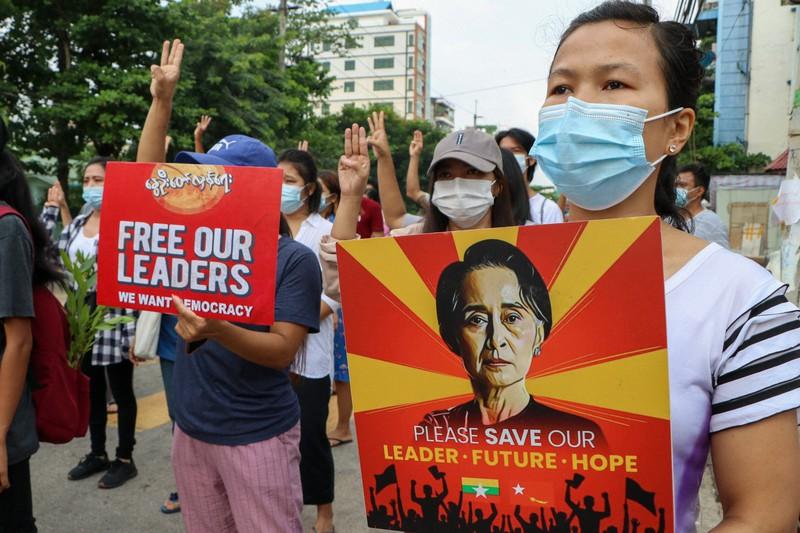 アウンサンスーチー氏の肖像を掲げて抗議する人々=ミャンマーの最大都市ヤンゴンで2021年4月24日(AP)