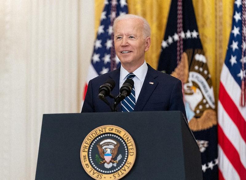 演説中に笑顔を見せるバイデン大統領=ホワイトハウスで2021年3月25日(ホワイトハウスのFlickrから)