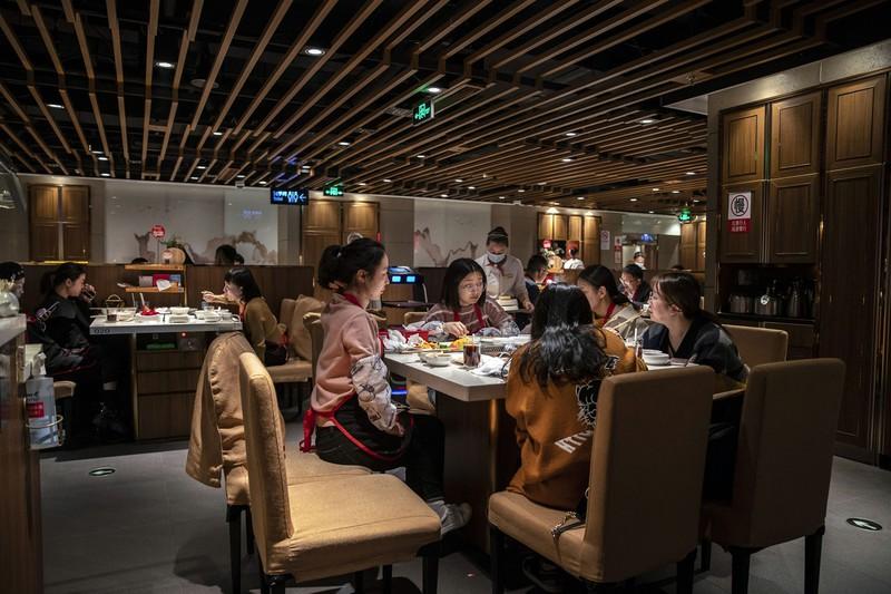 上海のレストランで食事する中国人 Bloomberg