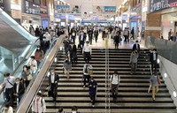 Commuters are seen at Nishitetsu Fukuoka (Tenjin) Station in Fukuoka's Chuo Ward on the morning of May 12, 2021. (Mainichi/Toyokazu Tsumura)