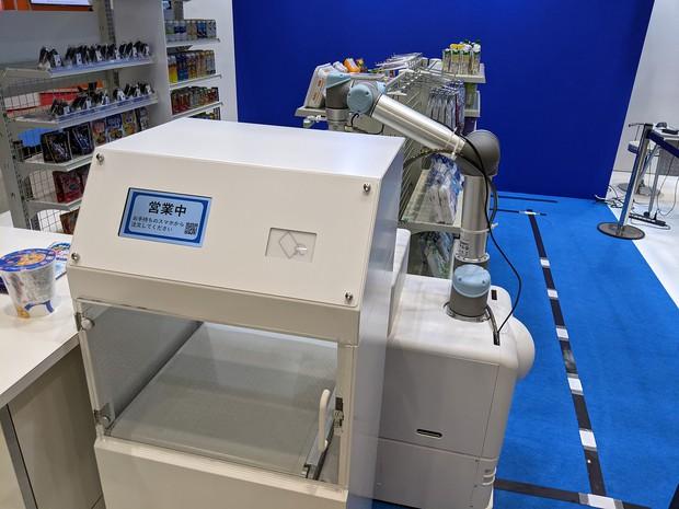 野村総研は夜間の店舗を自動化するAIロボットを提案している 筆者撮影