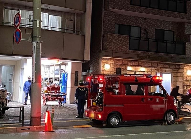 訓練に取り組む消防団員ら(東京都内で)