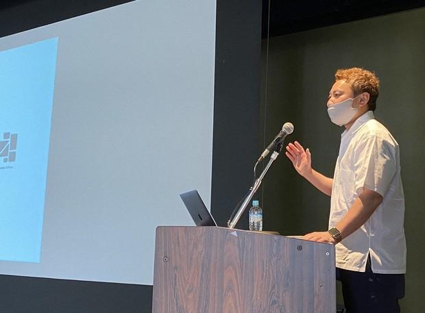 セミナーで講演する本田哲也氏=静岡県伊東市で2021年4月30日