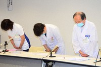 Head of Ikoma City Hospital Kiyoshi Endo, center, and others apologize for a vaccination mix up, at a press conference at the hospital in Ikoma, Nara Prefecture, on May 12, 2021. (Mainichi/Yusuke Kato)