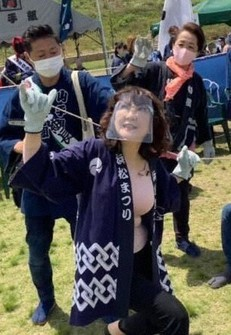 Satsuki Katayama, a member of the House of Councillors, flies a kite at the Hamamatsu Festival in this photo from her Facebook page. (Image partially modified)