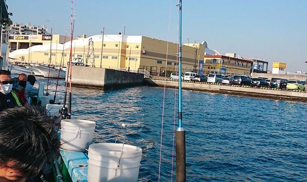 朝日がまぶしい時間に港を出る 筆者撮影