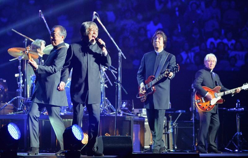 ザ・タイガースの再結成コンサートで歌う沢田研二さん(右から3人目)=東京・日本武道館で2013年12月3日、須賀川理撮影