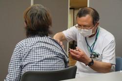 京都市で始まった新型コロナウイルスワクチンの個別接種の様子=同市伏見区の医仁会武田総合病院で(代表撮影)
