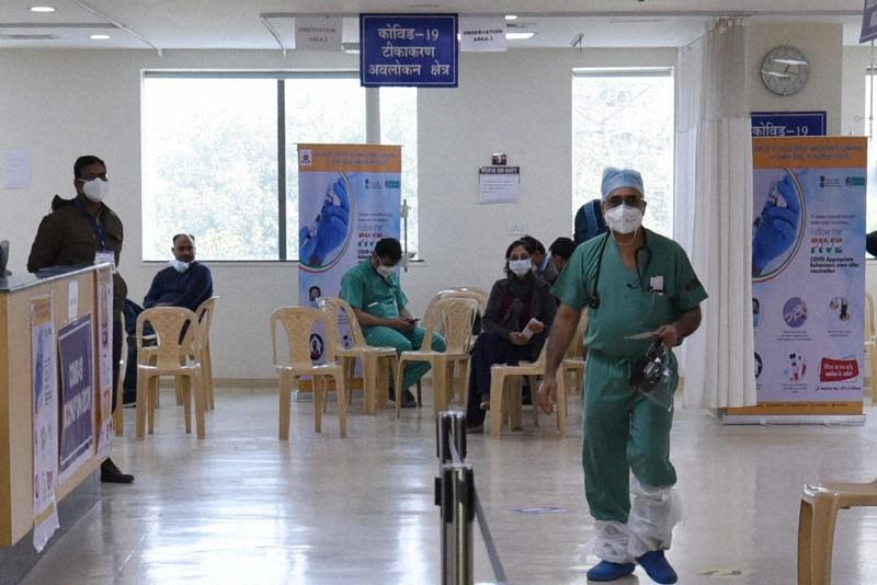 医療従事者が行き交うワクチンの接種会場=インド・ニューデリーの私立病院で2021年1月23日、松井聡撮影