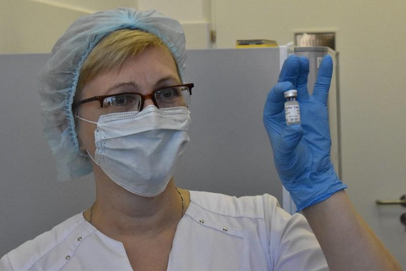 スプートニクVの入った小瓶を手にする看護師=モスクワで2020年12月9日、前谷宏撮影