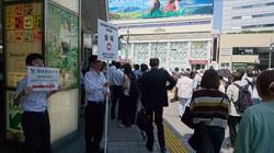 駅前で掲げられた株主総会の会場への案内=東京都港区で2017年6月23日、今沢真撮影