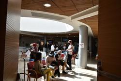 新型コロナのワクチンを接種した後、アナフィラキシーショックを警戒して病院内で待機する人たち=エルサレムで2021年2月9日午後、高橋宗男撮影