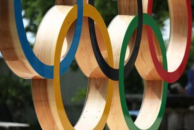 銅製で側面に木材が使用された高尾山の山頂に設置された五輪シンボルのモニュメント=東京都八王子市で、小川昌宏撮影