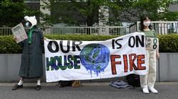 プラカードを手に温室効果ガス削減目標の引き上げを訴える若者ら=東京都千代田区の経済産業省前で2021年4月22日、北山夏帆撮影