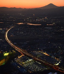 This file photo taken from a Mainichi Shimbun helicopter on Jan. 3, 2020 shows the Tomei Expressway congested with vehicles returning to the Tokyo area in the city of Ebina, Kanagawa Prefecture. (Mainichi/Hiroshi Maruyama)