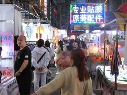 地方からの出稼ぎ労働者は失業率にカウントされていない(武漢市の商店街)