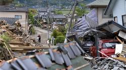 熊本地震で倒壊した家屋の間を縫うように歩く人たち=熊本県益城町で2016年4月28日、猪飼健史撮影