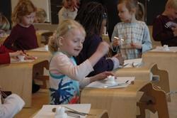 デンマークの子供たちは授業の一環で歯のモデルを使って歯の構造を学んでいます=筆者撮影
