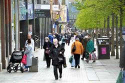 スコットランド自治政府によってコロナ対策の外出規制が緩和され、にぎわうグラスゴーの繁華街=2021年4月28日、服部正法撮影