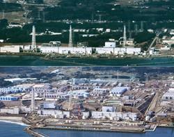 東京電力福島第一原子力発電所(上:2011年3月、下:21年2月撮影)