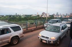「友情の橋」を通ってブラジルに向かうパラグアイの車 筆者撮影