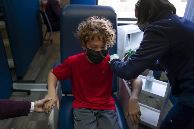 米国では新型コロナウイルスのワクチン接種の対象年齢が「12~15歳」に拡大されている=米カリフォルニア州で2021年5月13日、AP