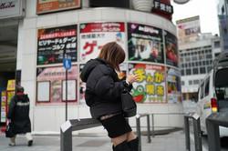 新宿・歌舞伎町に立つ女性。親の虐待から逃げていた10代のころ、「知らない男」との待ち合わせでよく来た場所だ=東京都新宿区で2021年2月26日、内藤絵美撮影