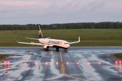 ベラルーシに緊急着陸後、リトアニアの首都ビリニュスの空港に到着した旅客機=ビリニュスで2021年5月23日、ロイター