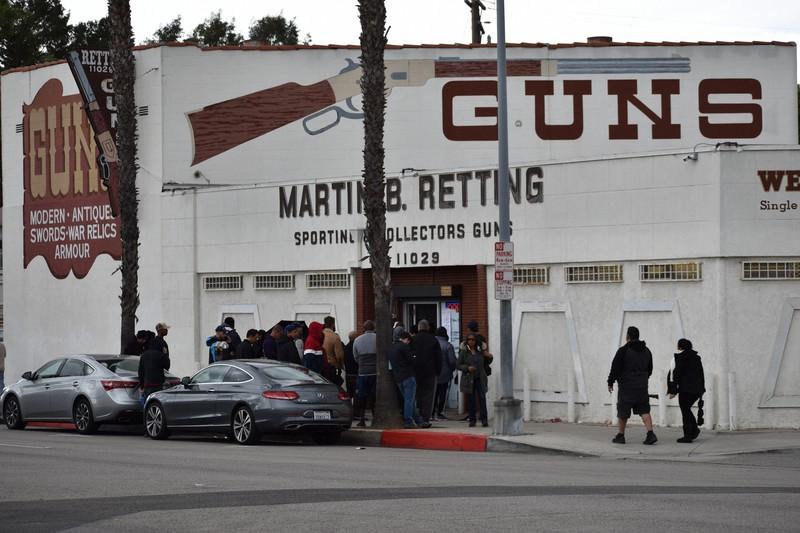 銃販売店前で列を作り入店を待つ人々=米カリフォルニア州ロサンゼルス近郊で2020年3月16日、福永方人撮影
