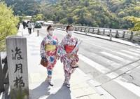 Togetsukyo Bridge in the Arashiyama district of Kyoto's Ukyo Ward is seen uncharacteristically free of visitors on April 9, 2021. (Mainichi/Satoshi Hishida)