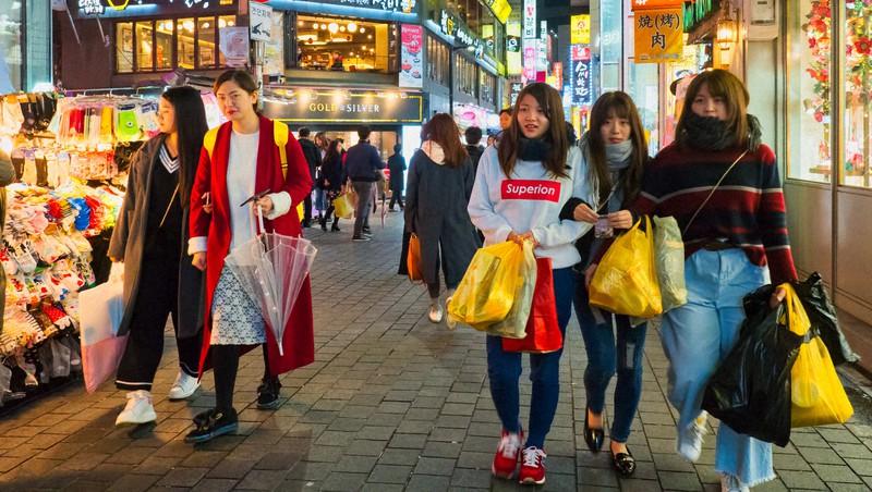 韓国ソウル市内を歩く若者たち。日本でも韓国の最新ファッションに関心をもつ若者は多い