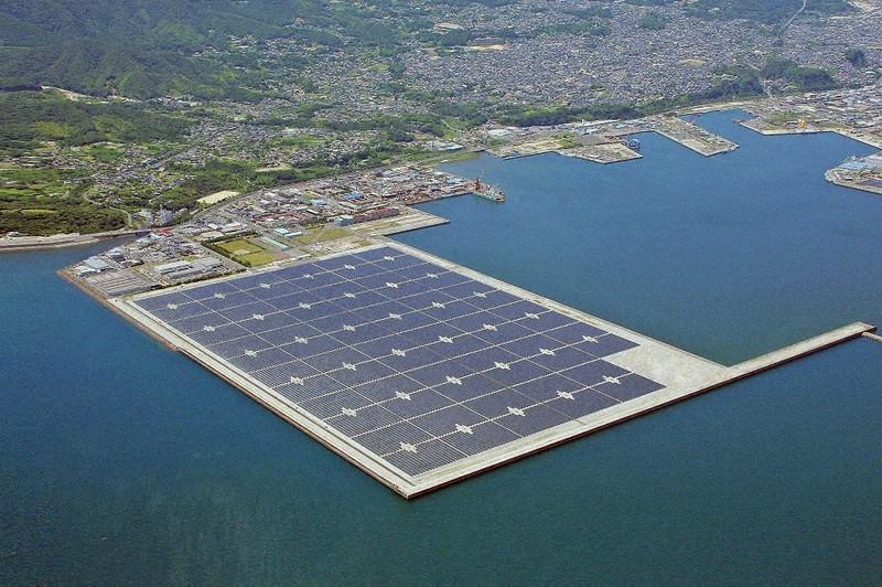 京セラなどが鹿児島市で2013年から運営している鹿児島七ツ島メガソーラー発電所=京セラ提供