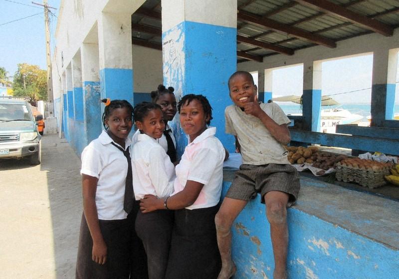 モザンビーク島の小さな市場にいた子供たち(写真は筆者撮影)