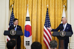 ホワイトハウスでバイデン米大統領(右)と共同記者会見を行った韓国の文在寅大統領=米国・ワシントンで2021年5月21日、AP