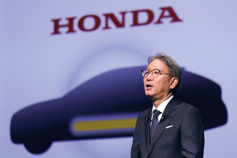就任会見に登壇するホンダの三部敏弘会長。40年に内燃機関との決別を宣言した(東京都内で) (Bloomberg)