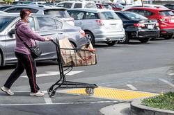 中小企業のオーナーは人手不足に悩んでいる (Bloomberg)