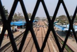 鉄道を封鎖する農民たち (Bloomberg)